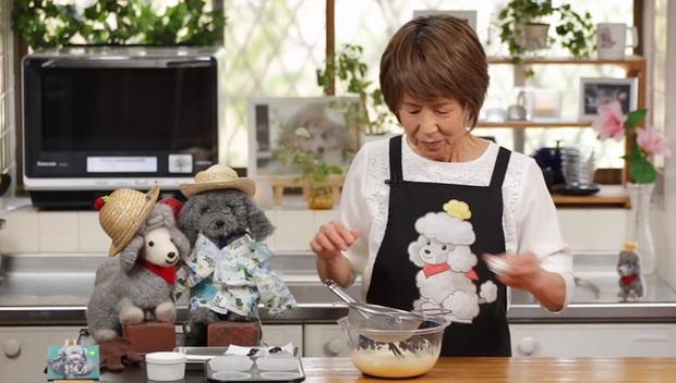 Đầu bếp nổi tiếng tại Nhật Bản với kênh YouTube 1,5 triệu người theo dõi nấu ăn bên cạnh thú bông, nguyên nhân khiến ai cũng phải rơi nước mắt - Ảnh 4.