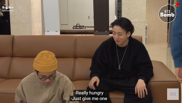 Jungkook (BTS) hờn dỗi vì không được đàn anh nhường đồ ăn, đã vậy còn bị trêu ngươi phát tức - Ảnh 3.