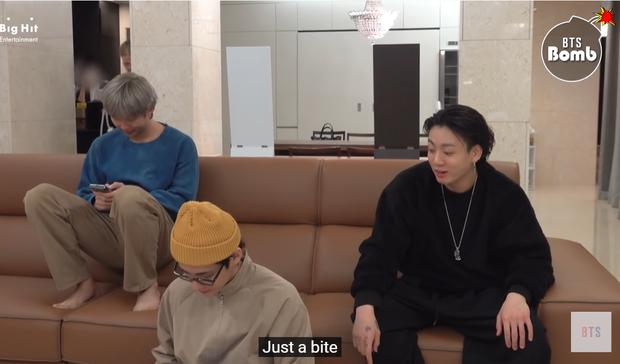Jungkook (BTS) hờn dỗi vì không được đàn anh nhường đồ ăn, đã vậy còn bị trêu ngươi phát tức - Ảnh 5.