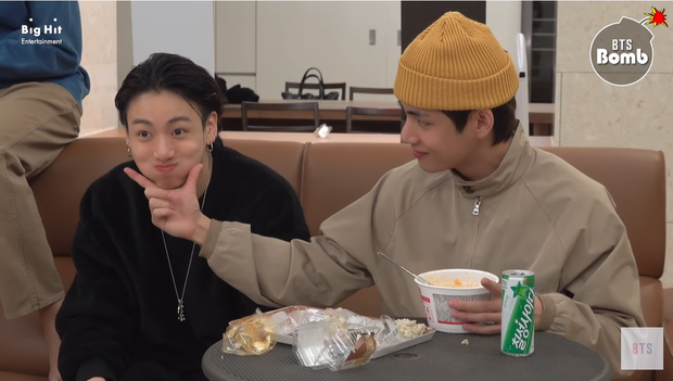 Jungkook (BTS) hờn dỗi vì không được đàn anh nhường đồ ăn, đã vậy còn bị trêu ngươi phát tức - Ảnh 9.