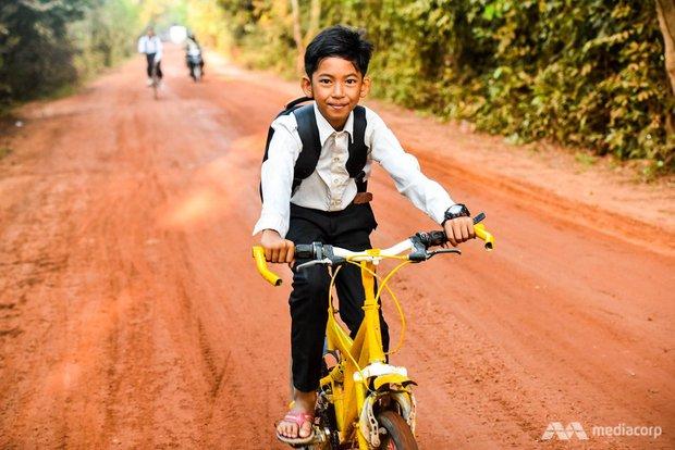 Cuộc sống của cậu bé bán hàng rong nói được 16 thứ tiếng ở Campuchia gây bão MXH năm đó giờ như thế nào? - Ảnh 3.