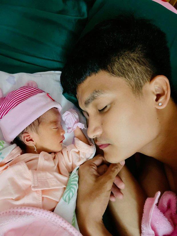 Mạc Văn Khoa công khai cận mặt con gái đầu lòng nặng 1,9kg vì sinh non, lần đầu hé lộ tên thật của bé - Ảnh 2.