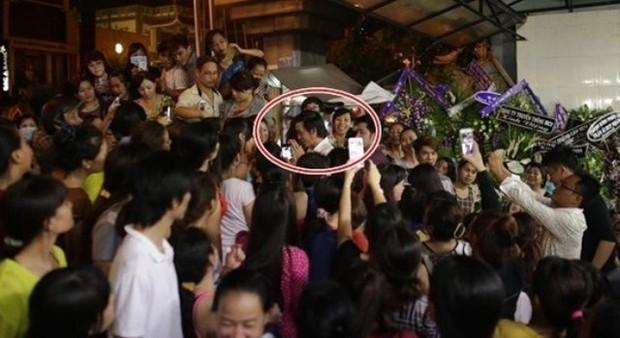 Chuyện phản cảm tại đám tang nghệ sĩ Vbiz: Đám đông cười đùa đến giật tài sản, vợ cố NS Chí Tài bị mạo danh vay 100 triệu - Ảnh 11.