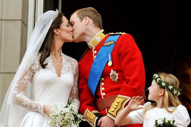 Góc cẩu lương: Mặc bao thị phi, vợ chồng Công nương Kate vẫn mặn nồng theo năm tháng, nhìn ánh mắt thôi đã thấy như ngôn tình - Ảnh 2.