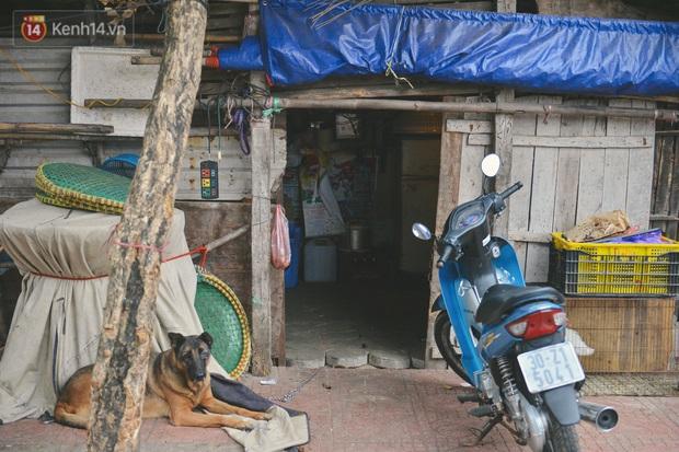 Khu ổ chuột giữa lòng Hà Nội những ngày lạnh nhất từ đầu mùa: Hàng ế nhờ cả xóm ăn hộ, đêm về bà cháu chỉ biết ôm nhau ngủ chống rét - Ảnh 2.