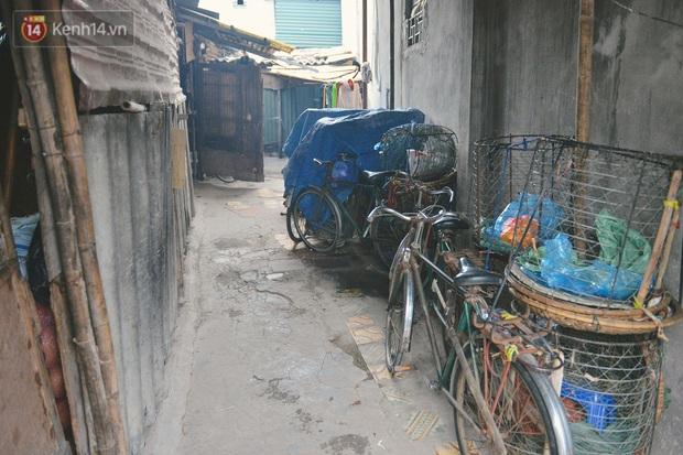 Khu ổ chuột giữa lòng Hà Nội những ngày lạnh nhất từ đầu mùa: Hàng ế nhờ cả xóm ăn hộ, đêm về bà cháu chỉ biết ôm nhau ngủ chống rét - Ảnh 5.
