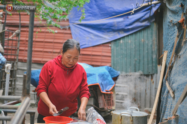 Khu ổ chuột giữa lòng Hà Nội những ngày lạnh nhất từ đầu mùa: Hàng ế nhờ cả xóm ăn hộ, đêm về bà cháu chỉ biết ôm nhau ngủ chống rét - Ảnh 12.