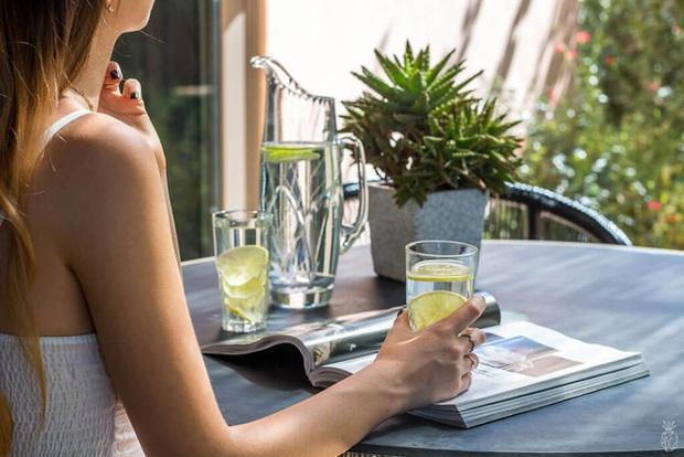 Uống 1 ly nước chanh vào thời điểm này, phụ nữ vừa ngừa đủ bệnh mà còn giúp da mịn màng, trẻ đẹp - Ảnh 2.