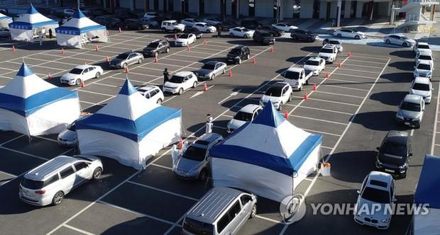 Hàn Quốc: Số ca COVID-19 mới cao kỉ lục, cả Seoul còn 1 giường chăm sóc đặc biệt - Ảnh 2.