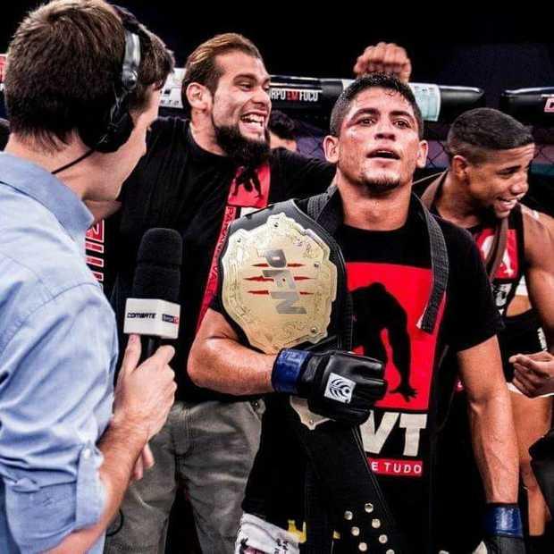 Mải buôn với trọng tài, võ sĩ bị đối thủ đánh lén bất tỉnh nhưng vẫn bất ngờ có được đai vô địch thế giới - Ảnh 3.