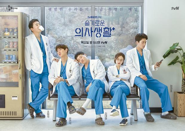 Hospital Playlist phần 2 lại hoãn bấm máy vì dịch bệnh, netizen khóc ròng: Lẽ ra giờ được xem phim rồi đấy! - Ảnh 3.