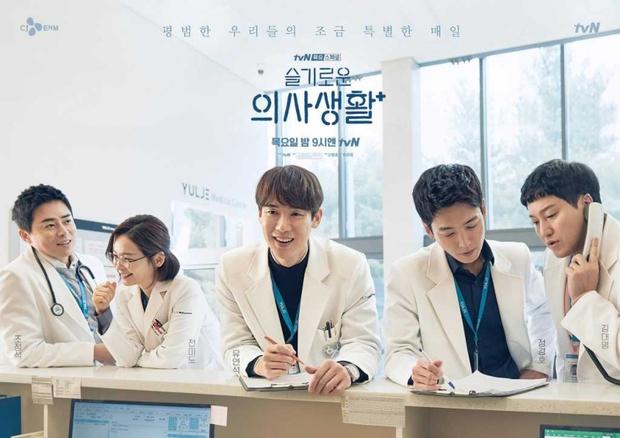 Hospital Playlist phần 2 lại hoãn bấm máy vì dịch bệnh, netizen khóc ròng: Lẽ ra giờ được xem phim rồi đấy! - Ảnh 4.