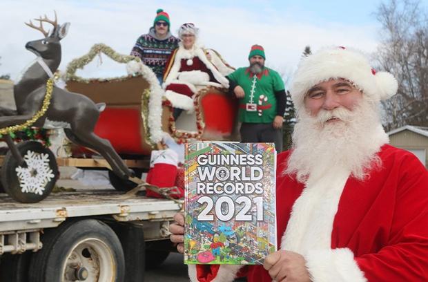 Ông già Noel lập kỷ lục Guinness bằng màn kéo xe chỉ nhìn thôi đã thấy đau lưng, trọng lượng tổng gây choáng khi được công bố - Ảnh 6.