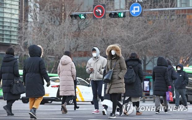Hàn Quốc: Số ca COVID-19 mới cao kỉ lục, cả Seoul còn 1 giường chăm sóc đặc biệt - Ảnh 6.
