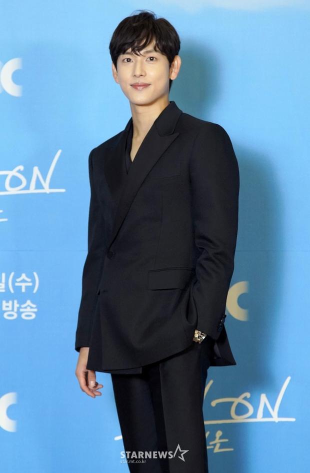 Sự kiện gây xôn xao xứ Hàn: Sooyoung khoe eo siêu nhỏ nhưng vẫn bị Shin Se Kyung sượng trân lấn át, couple chính đơ khó hiểu - Ảnh 6.