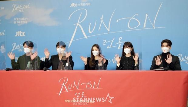 Sự kiện gây xôn xao xứ Hàn: Sooyoung khoe eo siêu nhỏ nhưng vẫn bị Shin Se Kyung sượng trân lấn át, couple chính đơ khó hiểu - Ảnh 13.