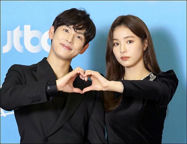 Sự kiện gây xôn xao xứ Hàn: Sooyoung khoe eo siêu nhỏ nhưng vẫn bị Shin Se Kyung sượng trân lấn át, couple chính đơ khó hiểu - Ảnh 11.