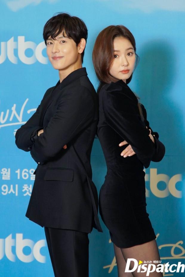 Sự kiện gây xôn xao xứ Hàn: Sooyoung khoe eo siêu nhỏ nhưng vẫn bị Shin Se Kyung sượng trân lấn át, couple chính đơ khó hiểu - Ảnh 12.