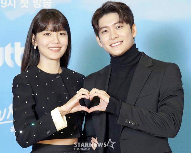 Sự kiện gây xôn xao xứ Hàn: Sooyoung khoe eo siêu nhỏ nhưng vẫn bị Shin Se Kyung sượng trân lấn át, couple chính đơ khó hiểu - Ảnh 10.