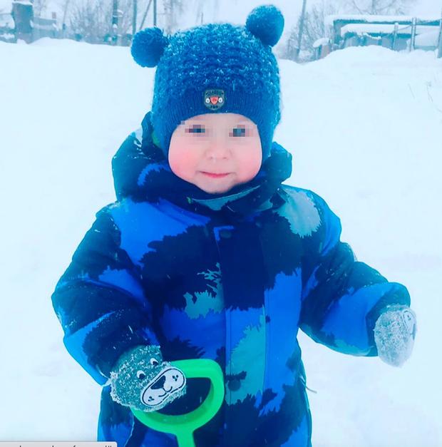 Chơi ở nhà ông bà rồi mất tích, cậu bé 2 tuổi được tìm thấy toàn thân cháy đen nằm trong lớp tuyết lạnh, danh tính kẻ thủ ác gây sốc - Ảnh 2.