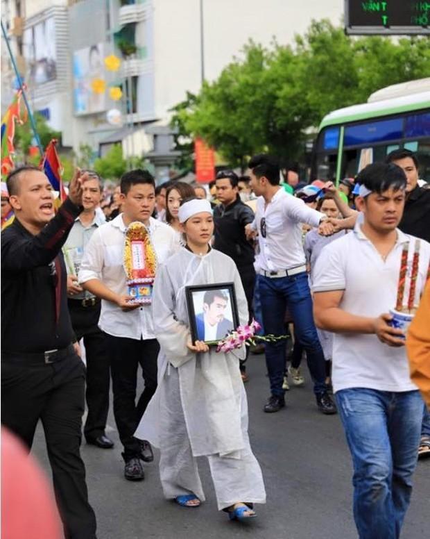 Chuyện phản cảm tại đám tang nghệ sĩ Vbiz: Đám đông cười đùa đến giật tài sản, vợ cố NS Chí Tài bị mạo danh vay 100 triệu - Ảnh 13.