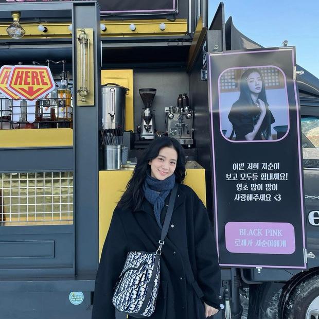 Ý nghĩa đặc biệt của xe tải cafe Rosé tặng Jisoo trong lần đầu đóng phim: fan nức lòng khi hiểu thông điệp đằng sau - Ảnh 2.