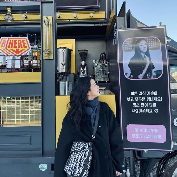 Ý nghĩa đặc biệt của xe tải cafe Rosé tặng Jisoo trong lần đầu đóng phim: fan nức lòng khi hiểu thông điệp đằng sau - Ảnh 1.