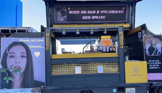 Ý nghĩa đặc biệt của xe tải cafe Rosé tặng Jisoo trong lần đầu đóng phim: fan nức lòng khi hiểu thông điệp đằng sau - Ảnh 5.