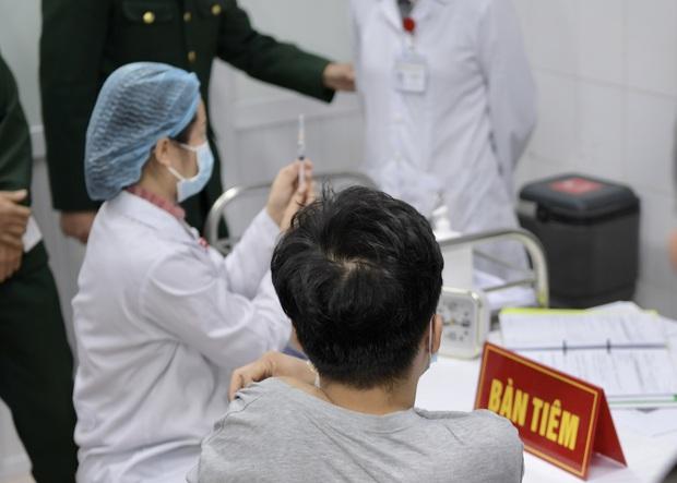 Trực tiếp: Nam thanh niên đầu tiên được tiêm vaccine Covid-19 Việt Nam - Ảnh 2.