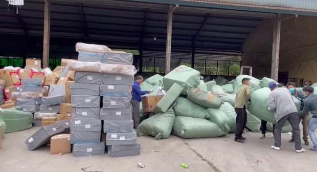 Triệt phá đường dây buôn lậu khủng xuyên quốc gia, thu giữ gần 500 tấn hàng hoá, mỹ phẩm - Ảnh 1.