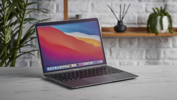 Chàng trai tá hỏa vì nhận chiếc MacBook mới mua nhưng bị nát bét cả màn hình, Apple lại có một pha xử lý đi vào lòng người - Ảnh 1.