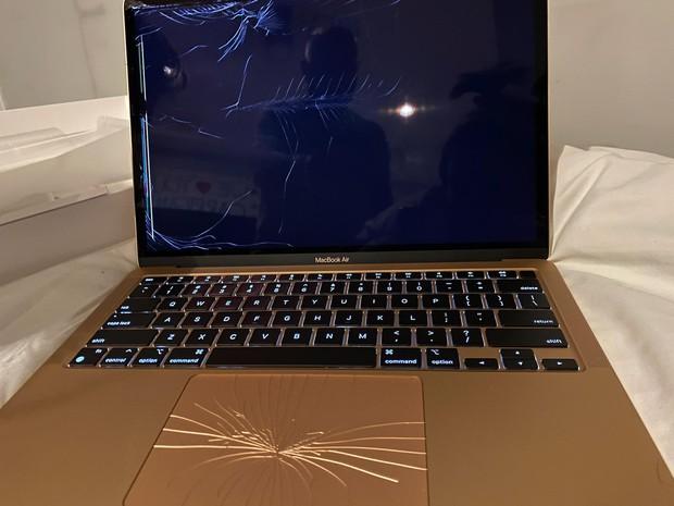 Chàng trai tá hỏa vì nhận chiếc MacBook mới mua nhưng bị nát bét cả màn hình, Apple lại có một pha xử lý đi vào lòng người - Ảnh 2.