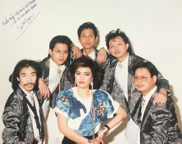 Anh trai ruột chia sẻ hình ảnh chưa từng công bố của cố nghệ sĩ Chí Tài đàn hát vô tư, có cả nữ ca sĩ Phương Loan thời trẻ cực cá tính - Ảnh 2.