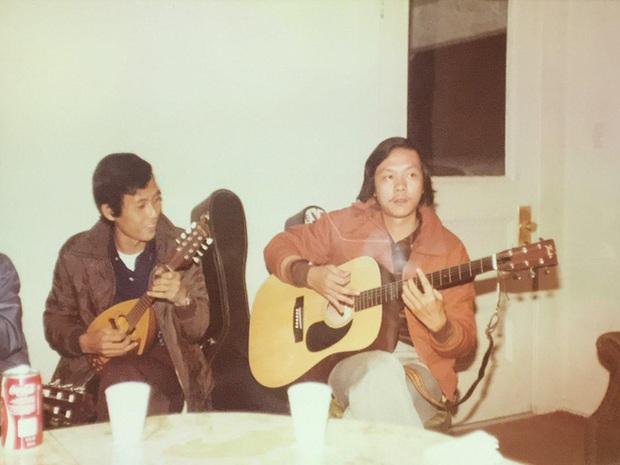 Anh trai ruột chia sẻ hình ảnh chưa từng công bố của cố nghệ sĩ Chí Tài đàn hát vô tư, có cả nữ ca sĩ Phương Loan thời trẻ cực cá tính - Ảnh 1.