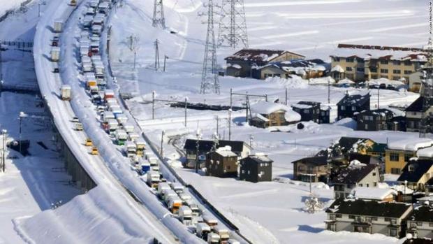 Kinh hoàng tắc đường 15km ở Nhật Bản khiến hơn 1.000 ô tô chôn chân trong tuyết - Ảnh 1.