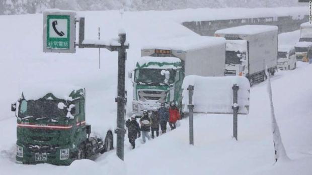 Kinh hoàng tắc đường 15km ở Nhật Bản khiến hơn 1.000 ô tô chôn chân trong tuyết - Ảnh 2.