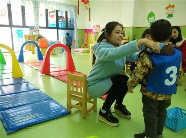 Tan học thấy con mặc chiếc áo khoác lạ, mẹ sinh nghi hỏi vài câu, hôm sau gọi 1 cú điện thoại khiến cô giáo chủ nhiệm mất việc - Ảnh 1.