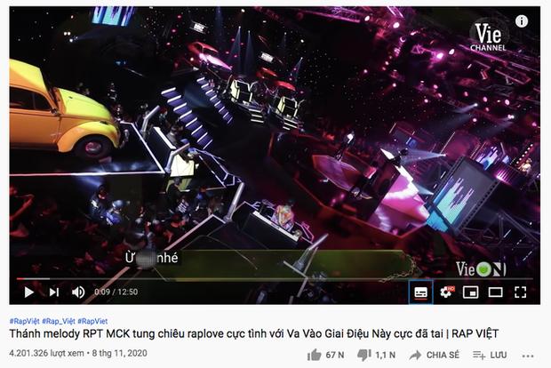 Rap Việt bật chế độ Vietsub tự động, màn trình diễn của MCK xuất hiện câu tục tĩu khiến Tlinh cũng khó hiểu - Ảnh 2.