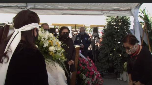 Hành động đẹp tại lễ viếng NS Chí Tài: Người thân và khán giả cúi đầu chào linh cữu, ai nấy đều nghiêm túc đeo khẩu trang phòng dịch Covid-19 - Ảnh 3.