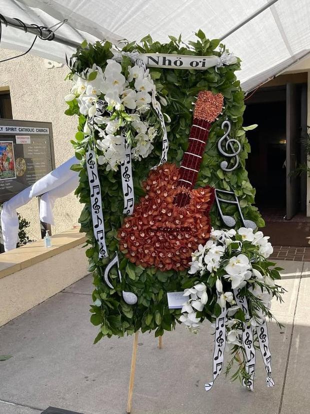 Lẵng hoa đặc biệt mang dấu ấn cố NS Chí Tài tại tang lễ ở Mỹ: Cây đàn nay lặng yên 1 góc, tiếng hát giờ chỉ còn trong ký ức! - Ảnh 3.