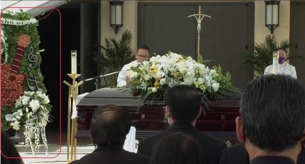 Lẵng hoa đặc biệt mang dấu ấn cố NS Chí Tài tại tang lễ ở Mỹ: Cây đàn nay lặng yên 1 góc, tiếng hát giờ chỉ còn trong ký ức! - Ảnh 2.