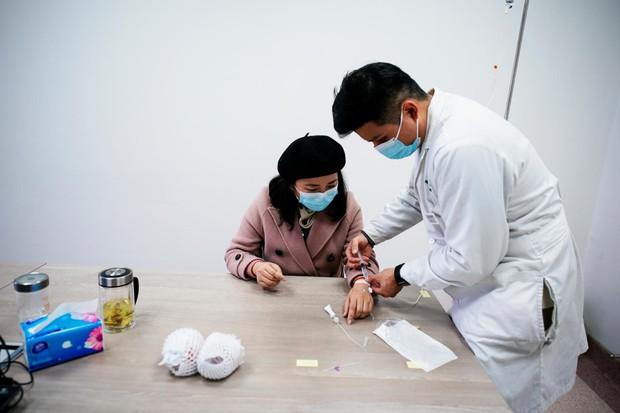 Trở thành một trong những bệnh nhân Covid-19 đầu tiên trên thế giới, cuộc sống của cặp vợ chồng bác sĩ Vũ Hán giờ thay đổi như thế nào?  - Ảnh 3.