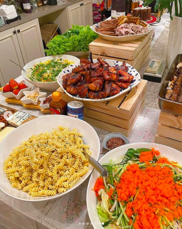 """Quá nể Hà Tăng: """"quẩy"""" bàn tiệc buffet Giáng sinh đầy ắp cho gần 30 người, món nào cũng tươm tất - Ảnh 5."""