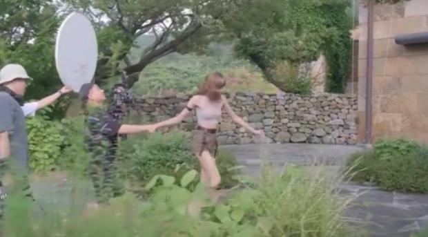 """Hậu trường khoảnh khắc """"nắm tay em đi khắp thế gian"""" của Lisa khiến fan cười sặc, hoá ra phũ phàng như này - Ảnh 3."""