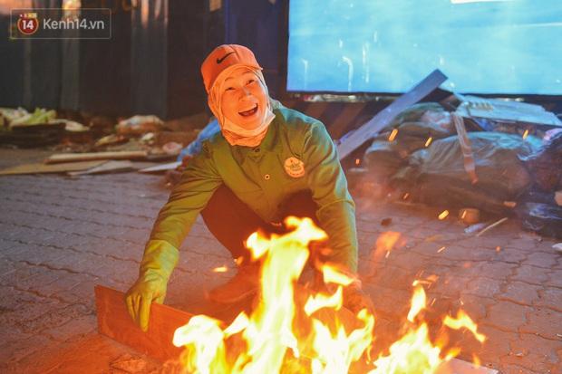 Người lao động chật vật mưu sinh trong đêm Hà Nội rét đỉnh điểm: Lao công đốt lửa dọn rác, người bán hoa nửa đêm chưa có ai mở hàng - Ảnh 15.