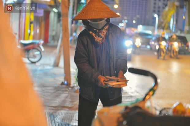 Người lao động chật vật mưu sinh trong đêm Hà Nội rét đỉnh điểm: Lao công đốt lửa dọn rác, người bán hoa nửa đêm chưa có ai mở hàng - Ảnh 7.