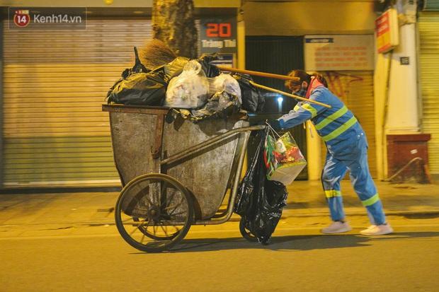 Người lao động chật vật mưu sinh trong đêm Hà Nội rét đỉnh điểm: Lao công đốt lửa dọn rác, người bán hoa nửa đêm chưa có ai mở hàng - Ảnh 13.
