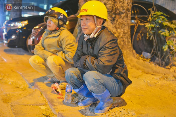 Người lao động chật vật mưu sinh trong đêm Hà Nội rét đỉnh điểm: Lao công đốt lửa dọn rác, người bán hoa nửa đêm chưa có ai mở hàng - Ảnh 16.