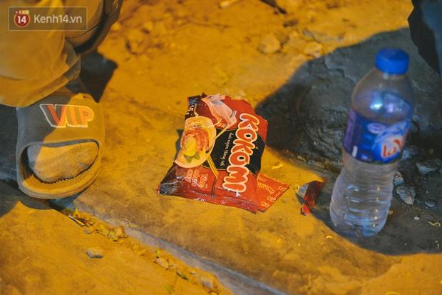 Người lao động chật vật mưu sinh trong đêm Hà Nội rét đỉnh điểm: Lao công đốt lửa dọn rác, người bán hoa nửa đêm chưa có ai mở hàng - Ảnh 17.