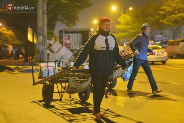Người lao động chật vật mưu sinh trong đêm Hà Nội rét đỉnh điểm: Lao công đốt lửa dọn rác, người bán hoa nửa đêm chưa có ai mở hàng - Ảnh 3.